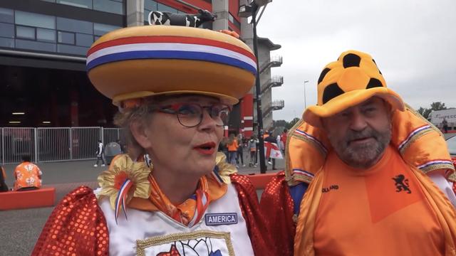 Oranje-fan met kaas en koe op haar hoofd laat onderbroek zien