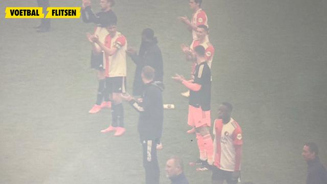 feyenoord spelers klappen voor vuurwerk afstekende fans bij feyenoord-rkc