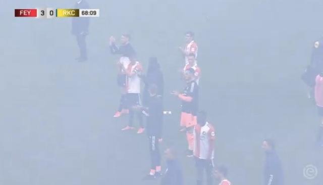 feyenoord spelers klappen voor vuurwerk afstekende fans die stadion inbreken